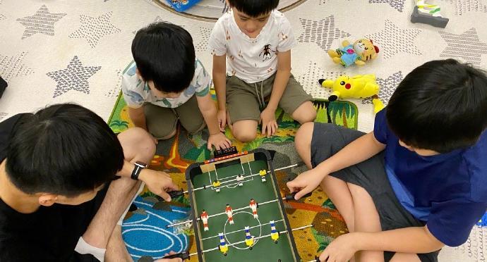 林志穎玩桌上足球 父子4人同款髮型