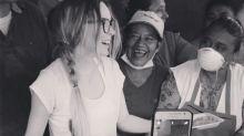 Belinda reparte comida a socorristas de las víctimas del terremoto