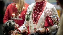 Lustige Aktion von Fluggesellschaften: Mit kitschigem Weihnachtspullover schneller an Bord