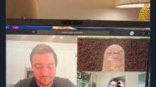 """Activa filtro por accidente y se """"convierte"""" en una papa durante videoconferencia con sus empleados"""