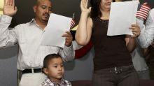 Millones de inmigrantes afrontan obstáculos crecientes para lograr ciudadanía