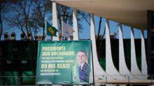 A pergunta de R$ 89 mil: placa e cartazes em frente ao Palácio do Planalto questionam depósitos de Queiroz para Michelle