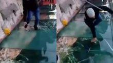 Así reaccionó un turista cuando se 'rompió' este puente de cristal a más de 1.000 metros de altura