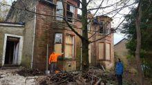 Una joven pareja compra por error una mansión destruida de 120 años