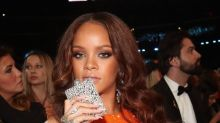 ¡Rihanna esconde alcohol en los Grammy!