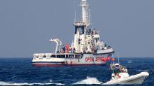 Quarantotto migranti si lanciano in mare dalla Open Arms