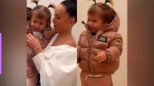 Zoe Sato desfila com jaqueta avaliada em R$ 3,5 mil