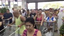 Aniversário do Supermercado Guanabara tem filas, gente caindo e 'gladiadores'