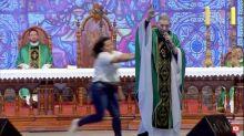 'Foi milagre', diz Padre Marcelo Rossi após não ter se ferido gravemente com empurrão durante missa