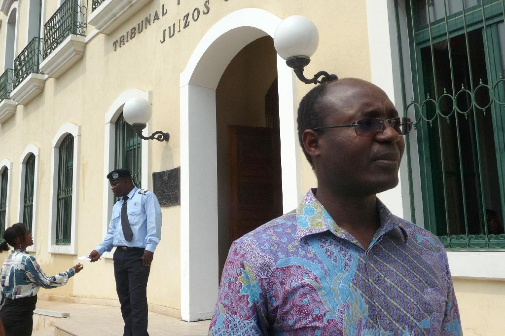 Angolan journalist and activist Rafael Marques (R) stands outside the Provincial court of Luanda at the end of one of his trial hearing on May 25, 2015 (AFP Photo/Estelle Maussion)