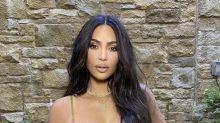 La Kardashian festeggia il compleanno su una spiaggia paradisiaca: le foto del suo fisico mozzafiato