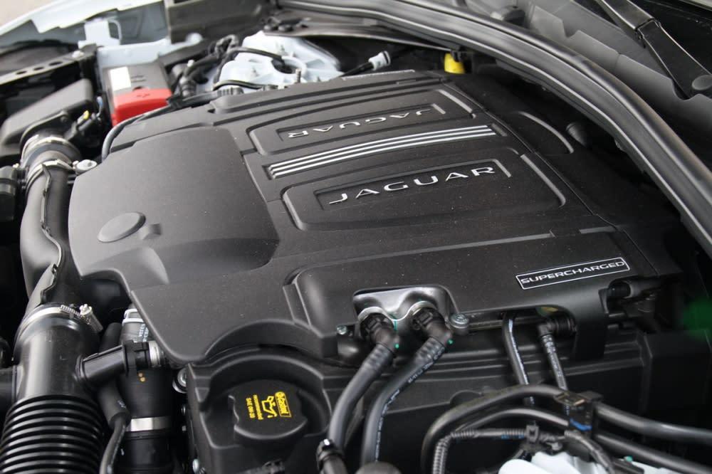 F-Pace S與R-Sport 35t雖然同樣採用3.0L V6機械增壓引擎,但透過調效最大馬力提升40hp來到380hp!