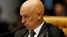 Em maiúsculas, Moraes dá bronca em Twitter e Facebook por 'aliviarem' para bolsonaristas