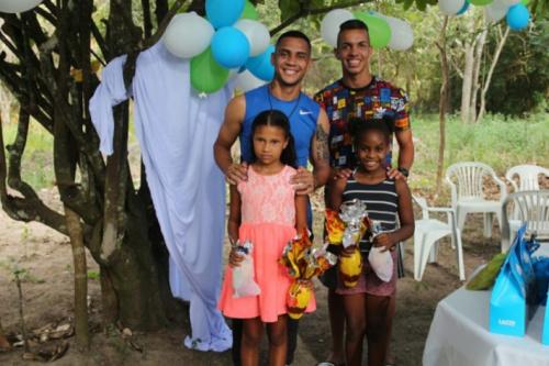 Atletas de Cruzeiro e América-MG distribuem ovos de Páscoa
