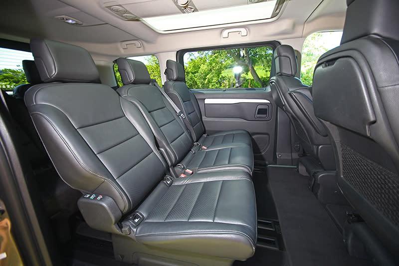 旗艦版以上車型之中排三張座椅可各自獨立滑移,就連椅背傾角也可分別調整。