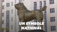 Au Turkménistan, le président inaugure une statue en or géante à l'effigie de son chien fétiche