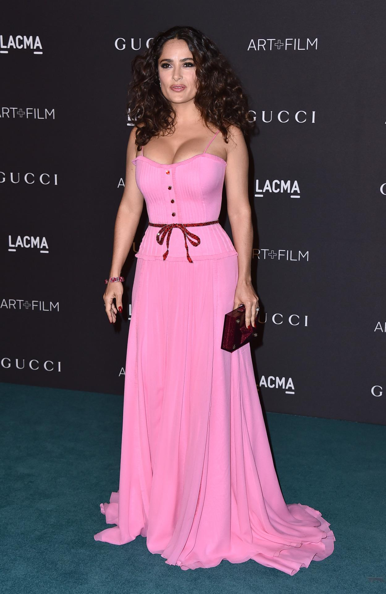 Salma Hayek romántica y sensual con su look pink