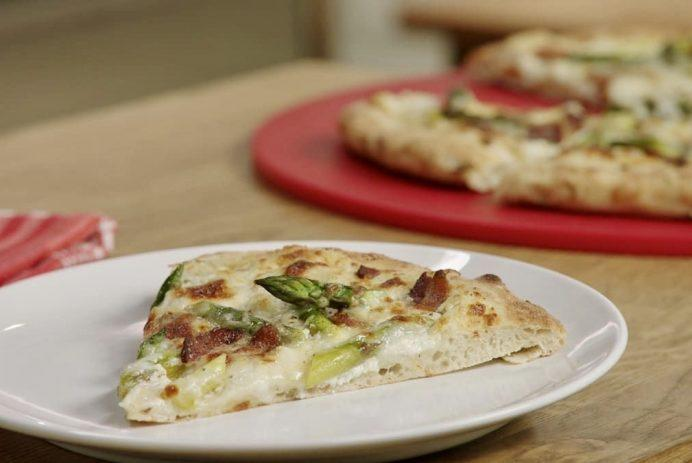 Make this 6-ingredient bacon and goat cheese pizza in under 20 minutes