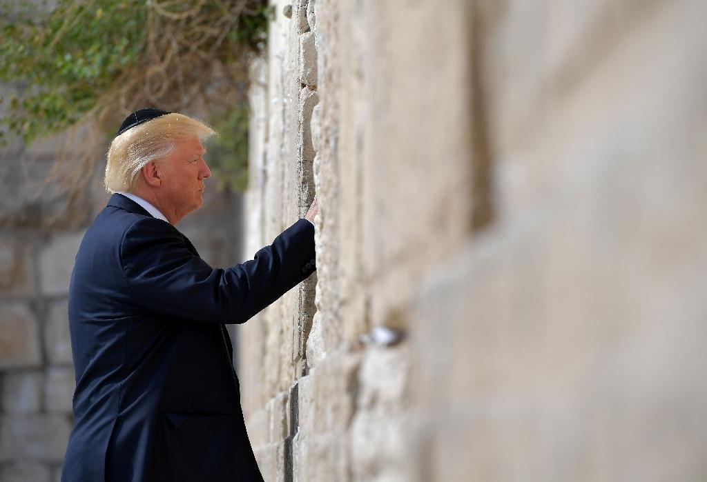 US President Donald Trump visits the Western Wall, the holiest site where Jews can pray, in Jerusalem's Old City on May 22, 2017 (AFP Photo/MANDEL NGAN)