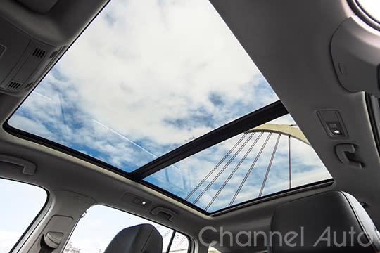 列入R-line車系標配的全景天窗,帶給Touran車內更豪華的視覺效果。