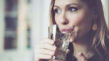 Agua con gas: por qué esta popular bebida no es buena para todos
