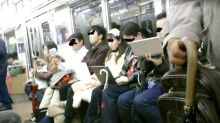 15年前日本列車車廂咩景況?原來都係低頭族