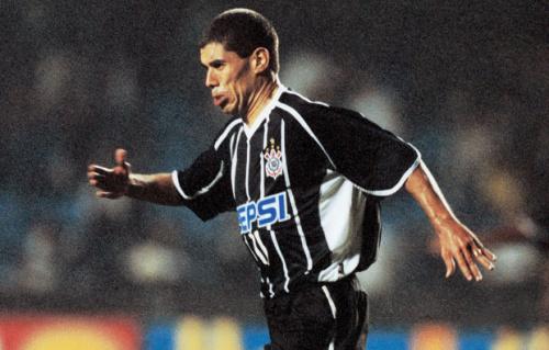 Corinthians brinca ao comparar gol de Messi pelo Barcelona ao de Ricardinho em 2001