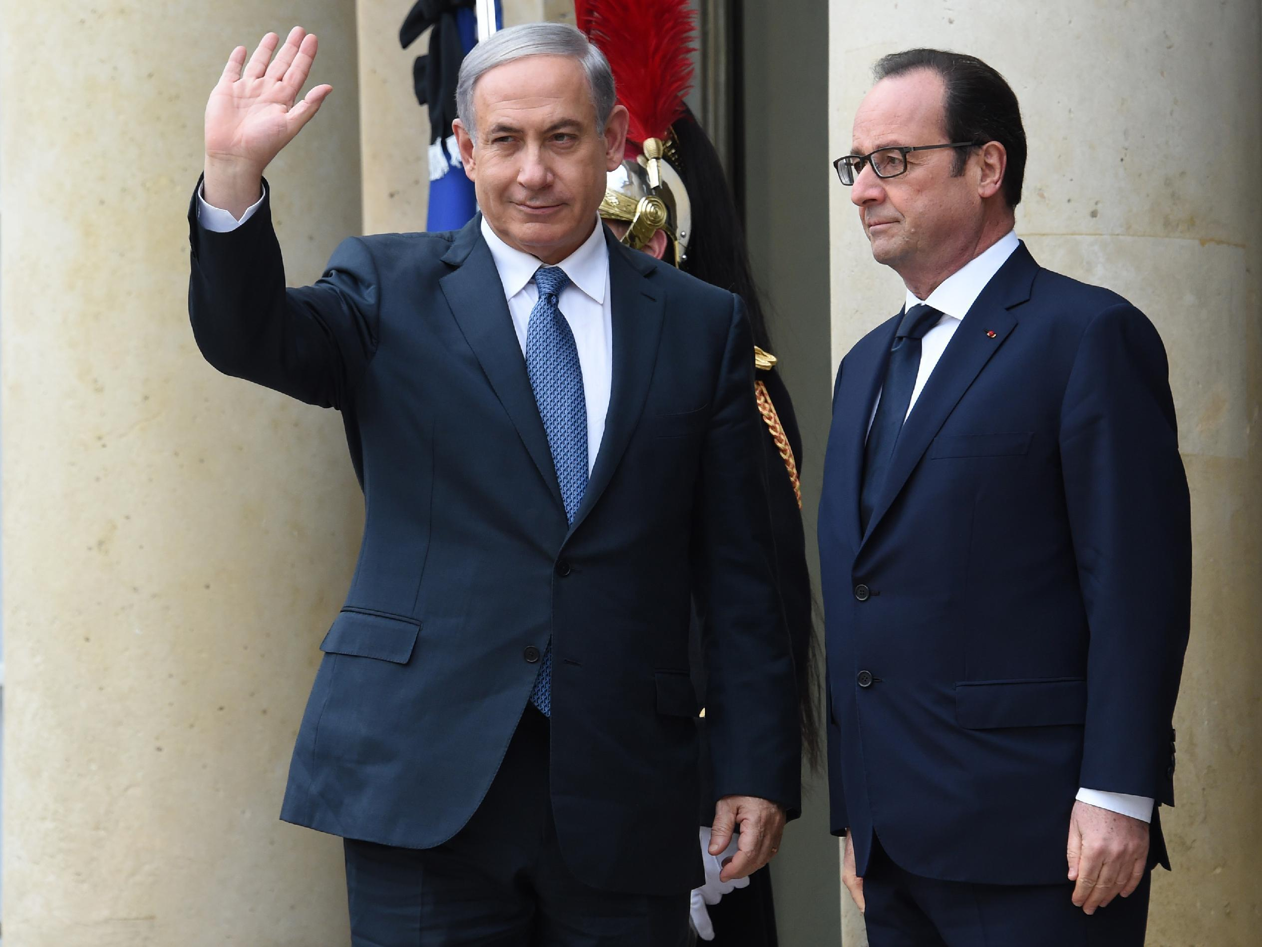 French President Francois Hollande (right) welcomes Benjamin Netanyahu to the Elysee Palace on January 11, 2015 before a rally in Paris in tribute to the 17 victims of attacks by Islamists (AFP Photo/Dominique Faget)