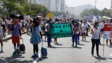 Donos de escolas infantis pedem volta às aulas em manifestação na orla da Zona Sul