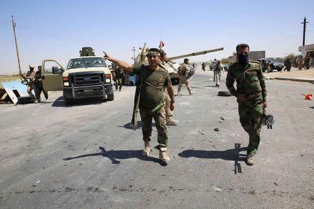 Kurdish peshmerga fighters arrive at the front line during clashes with Islamic State at Buyuk Yeniga village