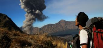 Tourists evacuated as Indonesian volcano erupts