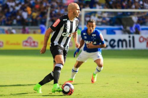 Fábio Santos entende a cobrança, mas vê melhora do Galo