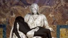 Il Gesù della Pietà diventa nero.  È polemica per il tweet della  Pontificia Accademia per la Vita