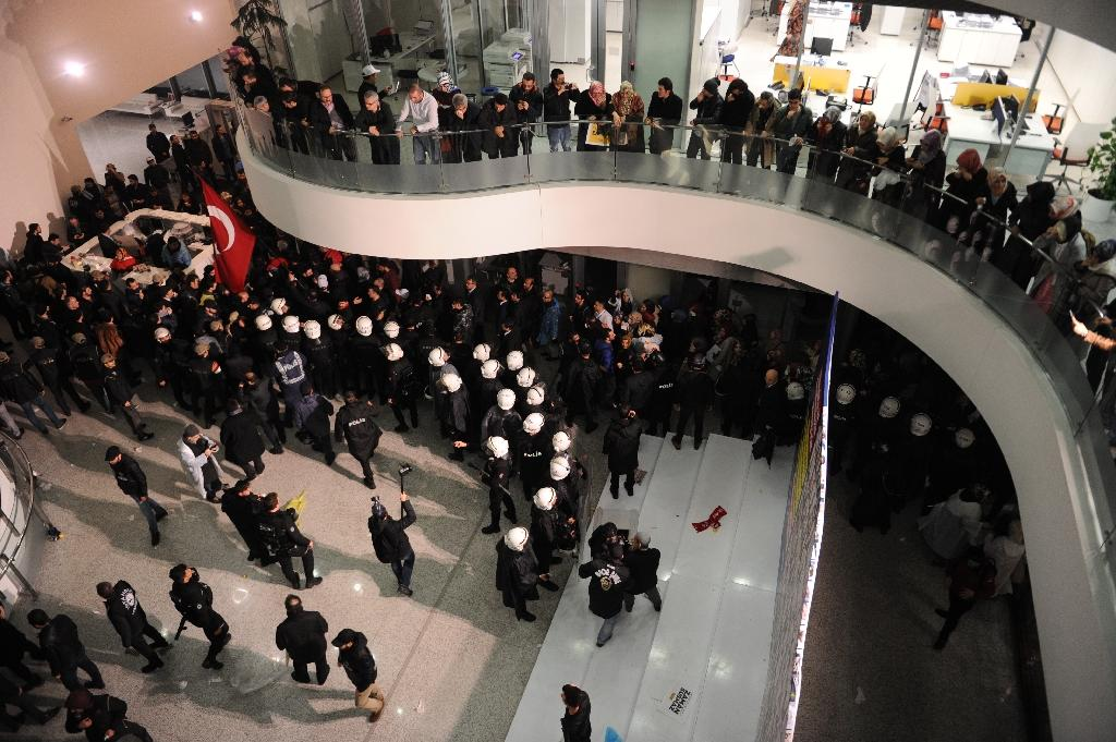 Turkish anti riot police enter the Zaman Daily headquarters in Istanbul on March 5, 2016 (AFP Photo/Akif Talha Sertturk)