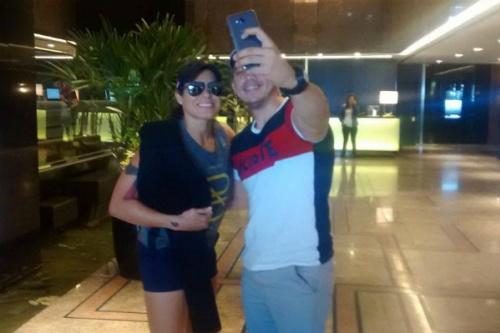 Amanda tira selfie com fã e cinturão protegido - Marcel Alcântara