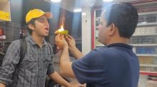 Man eats flaming paan from street vendor in one go