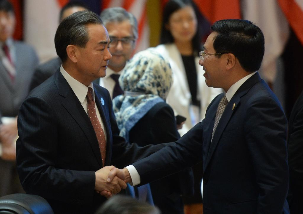 China's Foreign Minister Wang Yi (L) shakes hands with Vietnam's Foreign Minister Pham Binh Minh during the ASEAN-China meeting on the sidelines of the ASEAN annual ministerial meeting and the Regional Security Forum, in Vientiane, on July 25, 2016 (AFP Photo/Hoang Dinh Nam)