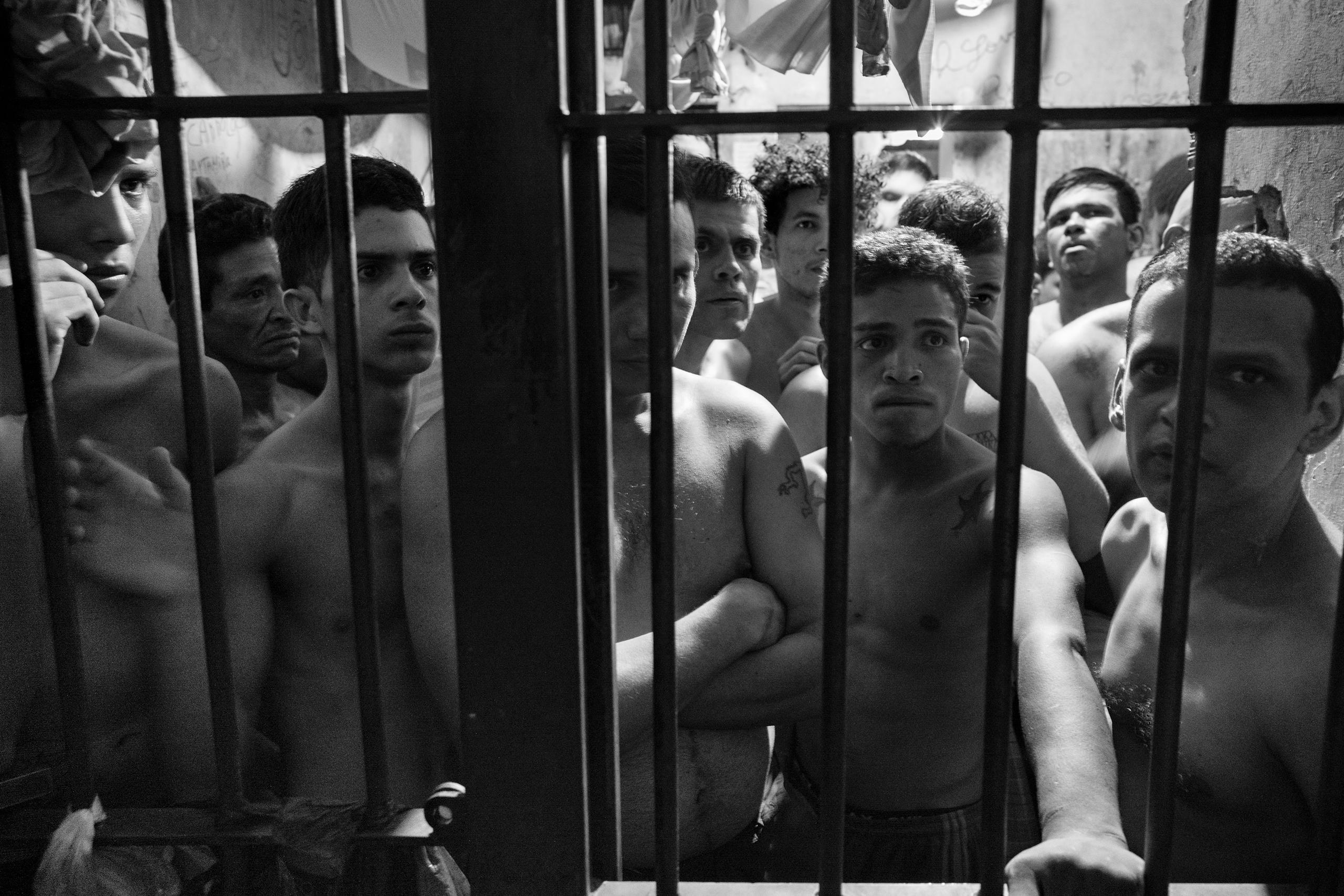 есть главное осмотр заключенных мужчин в тюрьме видео немного
