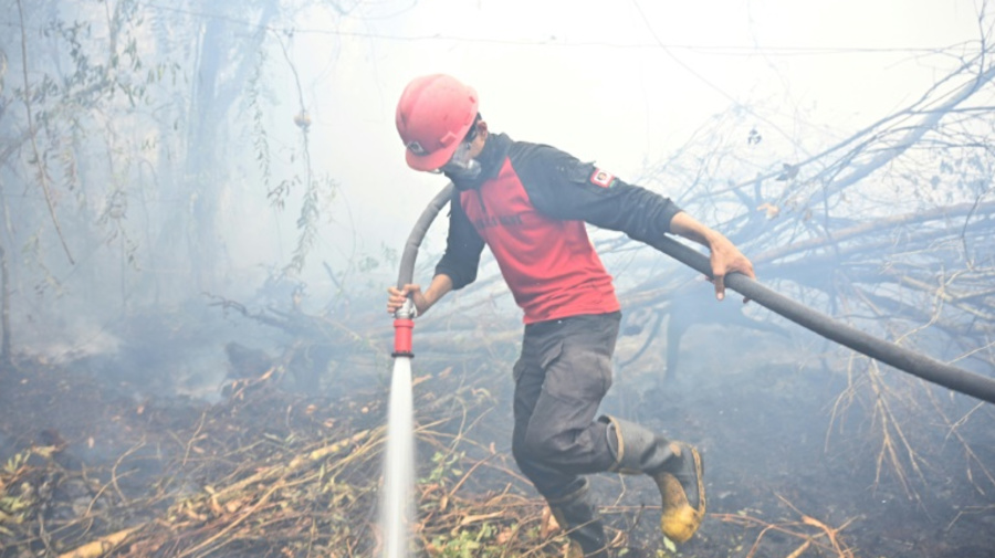 Haze in Asia: Indonesia struggles to douse fires