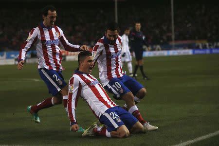El defensor uruguayo del Atlético Madrid José María Giménez celebra su gol junto a  Diego Godin (I) y Arda Turan en la victoria de su equipo sobre el Real Madrid