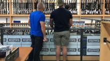 Après la tuerie de Christchurch, des Néo-Zélandais rendent leurs armes