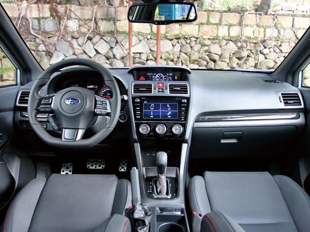 車艙格局方正,鋪成上深色並具質感的多樣化料件,成就頗為優異的細膩車室氛圍。