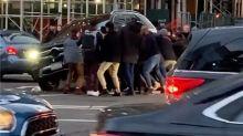 Varios peatones levantan a pulso un todoterreno para rescatar a una mujer atropellada en Nueva York