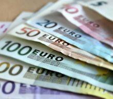 EUR/USD Price Forecast – Euro Continues to Reach Towards Trendline