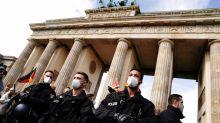 Corona-Newsblog Berlin: Corona-Demo: Polizei sperrt den Zugang zum Pariser Platz