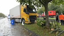 Polizei und Feuerwehr: Laster kommt von der Straße ab und prallt gegen Bäume
