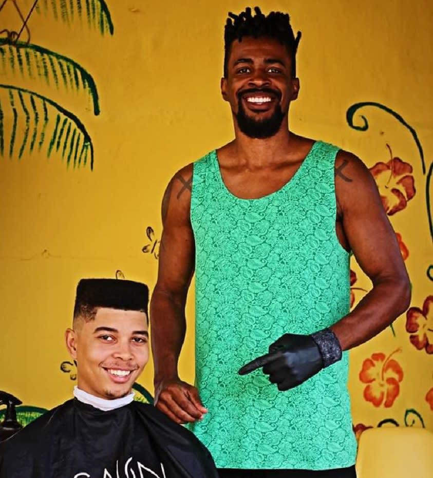 'O cabelo crespo faz parte da realeza dos homens negros', define barbeiro - Yahoo Noticias Brasil