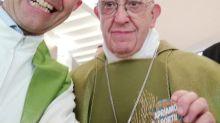 """Migranti: Papa Francesco e il selfie con la spilla """"Apriamo i porti!"""""""