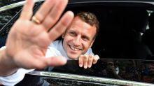 Comment Emmanuel Macron occupe le terrain pendant ses vacances