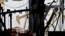 Crude Clings to Gains With All Eyes on a Global Output-Cut Deal